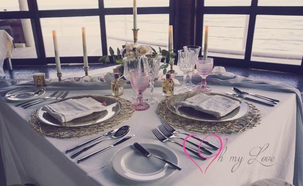 Montaje elegante de mesa de recepción en rosa y dorado, copas blush y de cristal