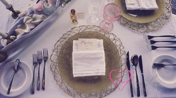 Montaje de mesa de recepción en rosa y dorado, copas blush y de cristal
